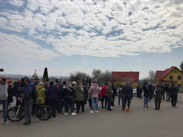 У Чагрі місцеві жителі вийшли на захист голови громади, якому невідомі намагалися спалити будинок (ФОТО)