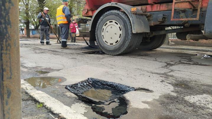 Асфальт з водою: як у Чернівцях ремонтують дороги (ВІДЕО)