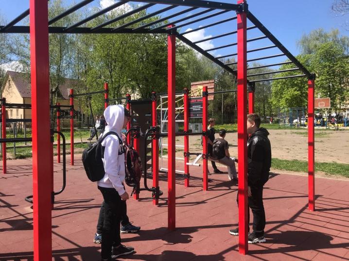 У Чернівцях на території однієї із шкіл встановили новий спортивний майданчик