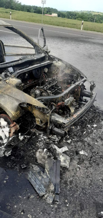 Загорілося само по собі: на Буковині посеред траси палав автомобіль