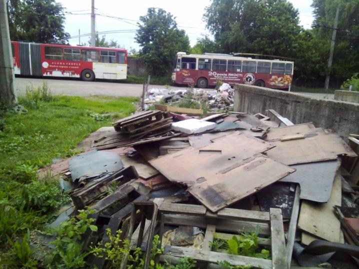 На території ЧТУ утворилось стихійне сміттєзвалище
