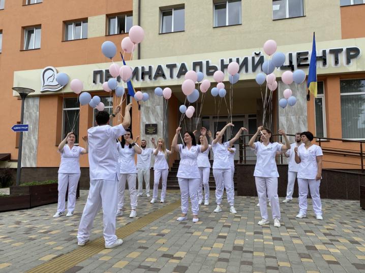 Лікарі перинатального центру у Чернівцях станцювали Всесвітній флешмоб