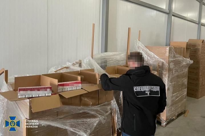 Перевозив заморожену вишню: на Буковині контрабандист намагався вивезти закордон цигарок на 10 млн грн