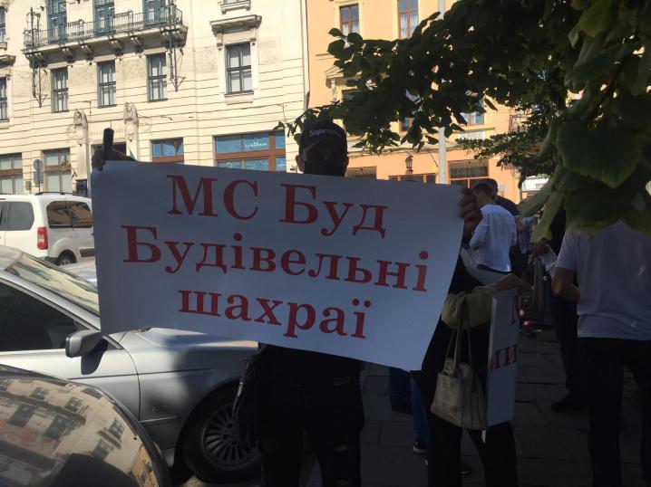 """""""МС Буд - будівельні шахраї"""": під міською радою мітингують обурені чернівчани (НАЖИВО)"""