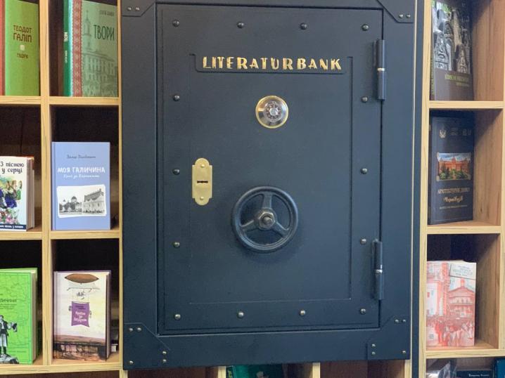 """Ніяких """"наливайок"""": чернівецьким журналістам показали, як виглядає колишня """"Українська книга"""""""