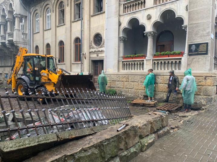 Варварська реконструкція: у сквері біля ЧНУ розтрощили старовинний паркан