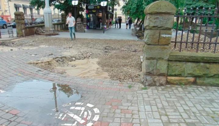 Чернівецька ОДА  вимагає пояснень у міськради, куди поділася огорожа скверу