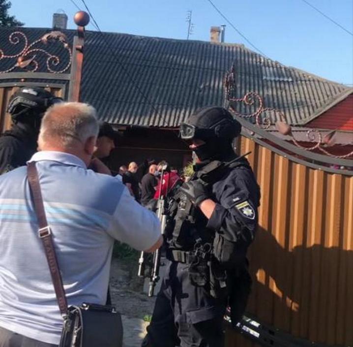 Поліція влаштувала «маски-шоу» у чоловіка, який облив викладачку нечистотами