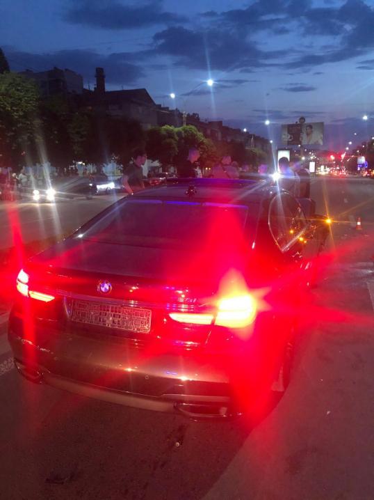 Щось трапилось із колесом: на проспекті Незалежності зіткнулись дві автівки BMW