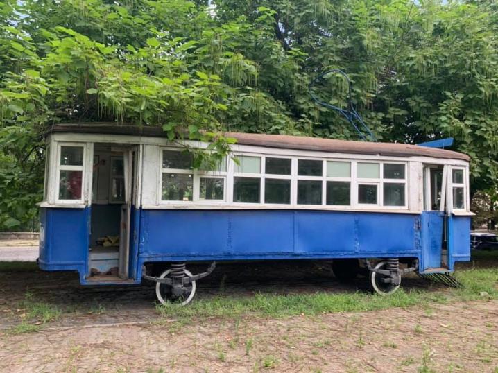 У Чернівцях занедбали пам'ятник першому трамваю, а всередині ночують безпритульні