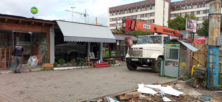 Біля «Туристу» демонтували кіоски разом з товаром