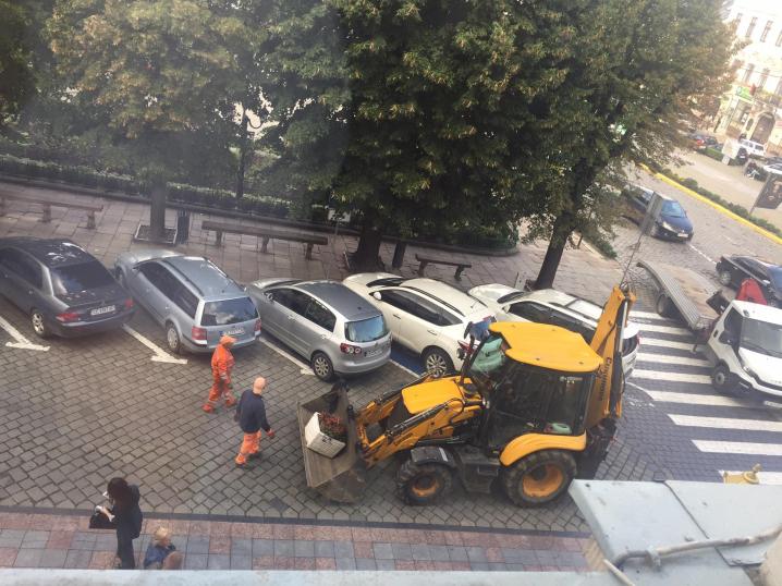 У Чернівцях під ратушею дозволили проїзд автівок з Головної на Франка