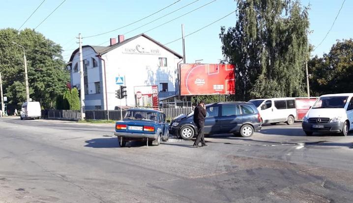 Хотів проскочити на червоне світло: у Чернівцях водій спричинив аварію
