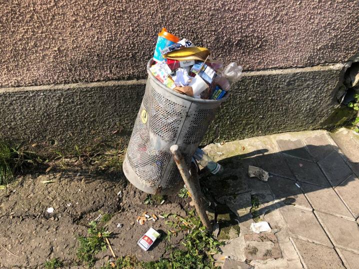 Чернівці стають схожі на смітник: вітер розносить по вулицях непотріб з переповнених урн