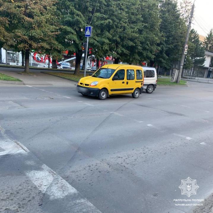 У Чернівцях автомобіль потрапив у ДТП, після чого зніс електроопору