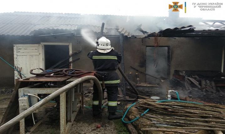 На Буковині загорілася господарська будівля