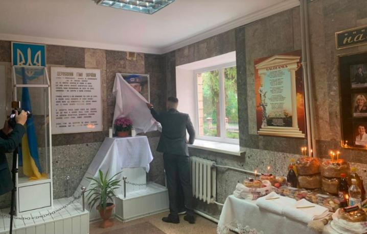 У Новоселиці відкрили меморіальну дошку на честь воїна АТО Максима Доника