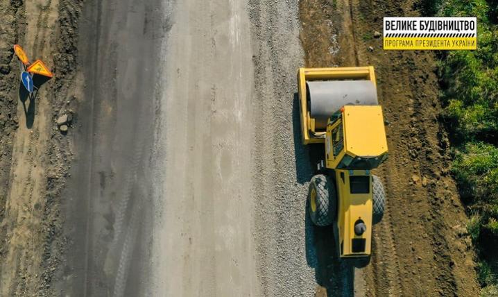 На Буковині близько пів сотні робітників ремонтують дорогу до КПП «Красноїльськ»