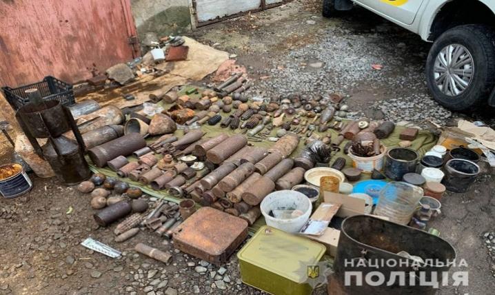 У гаражі чоловіка, який підірвався на снаряді на Буковині, виявили цілий арсенал