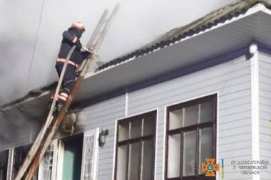 У Чернівцях горів житловий будинок: власниця була у будівлі